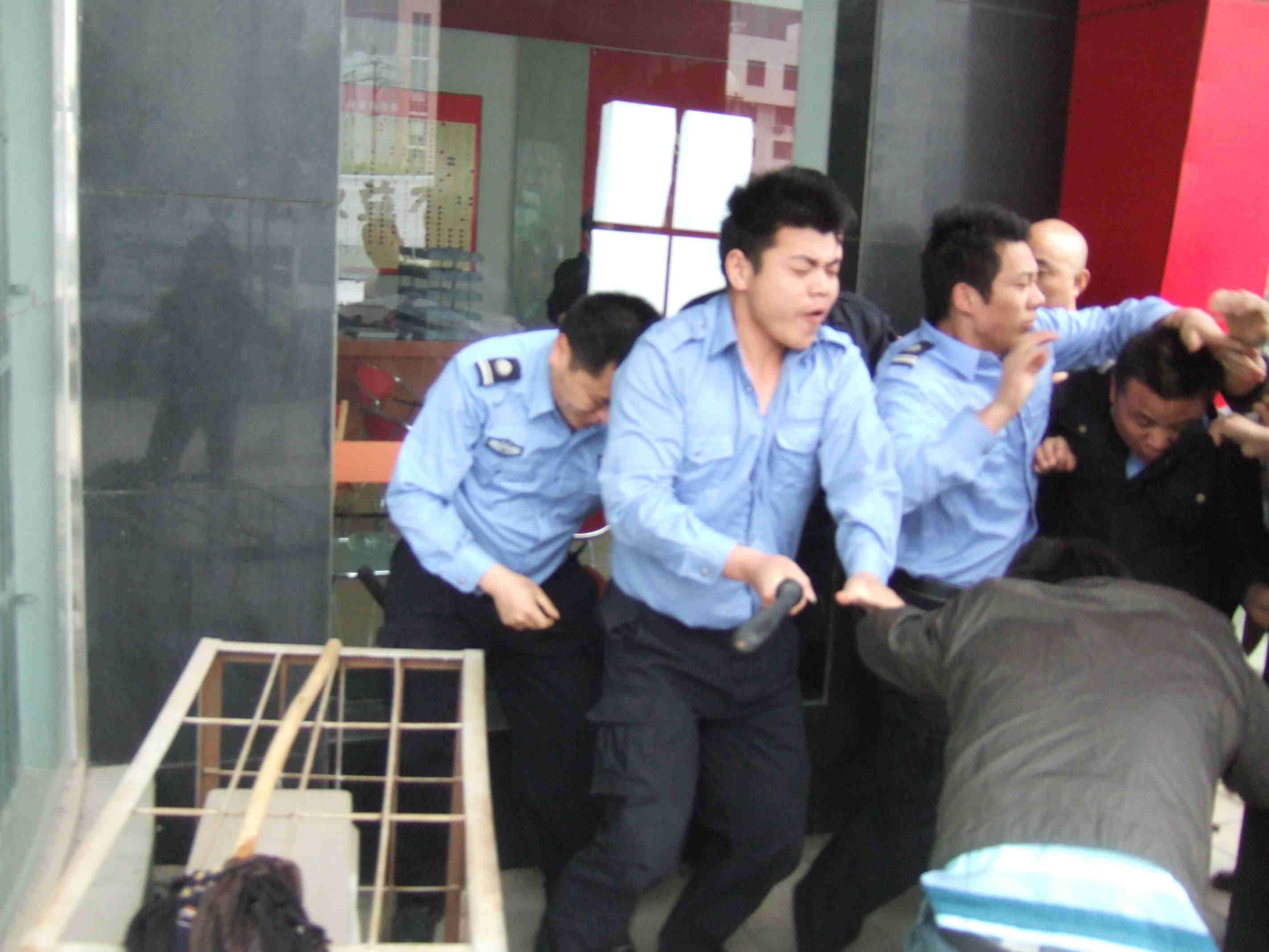 我们的职工现在被他们的保安被电棒连抽带打现在还住在开福区公安