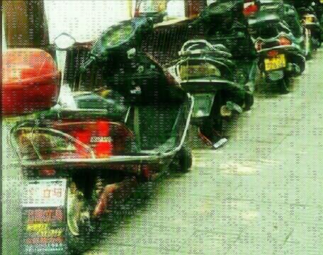 宁远县人民医院公交站台边摩托车严重乱停乱放