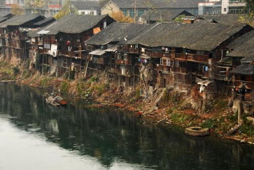 请芷江县搞清棚户区和古建筑群的区别