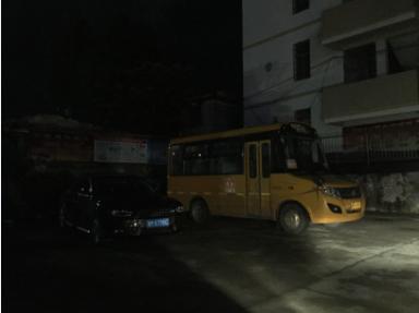 江永县实验小学校车乱停放问题