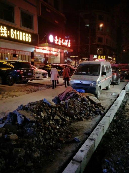 请桃江县政府开通近桃路金座大酒店占道十年的机动车路面