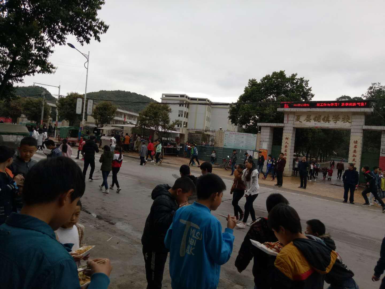 江永县夏层铺镇左侧霸占人行道上摆摊,造成行人交通不便