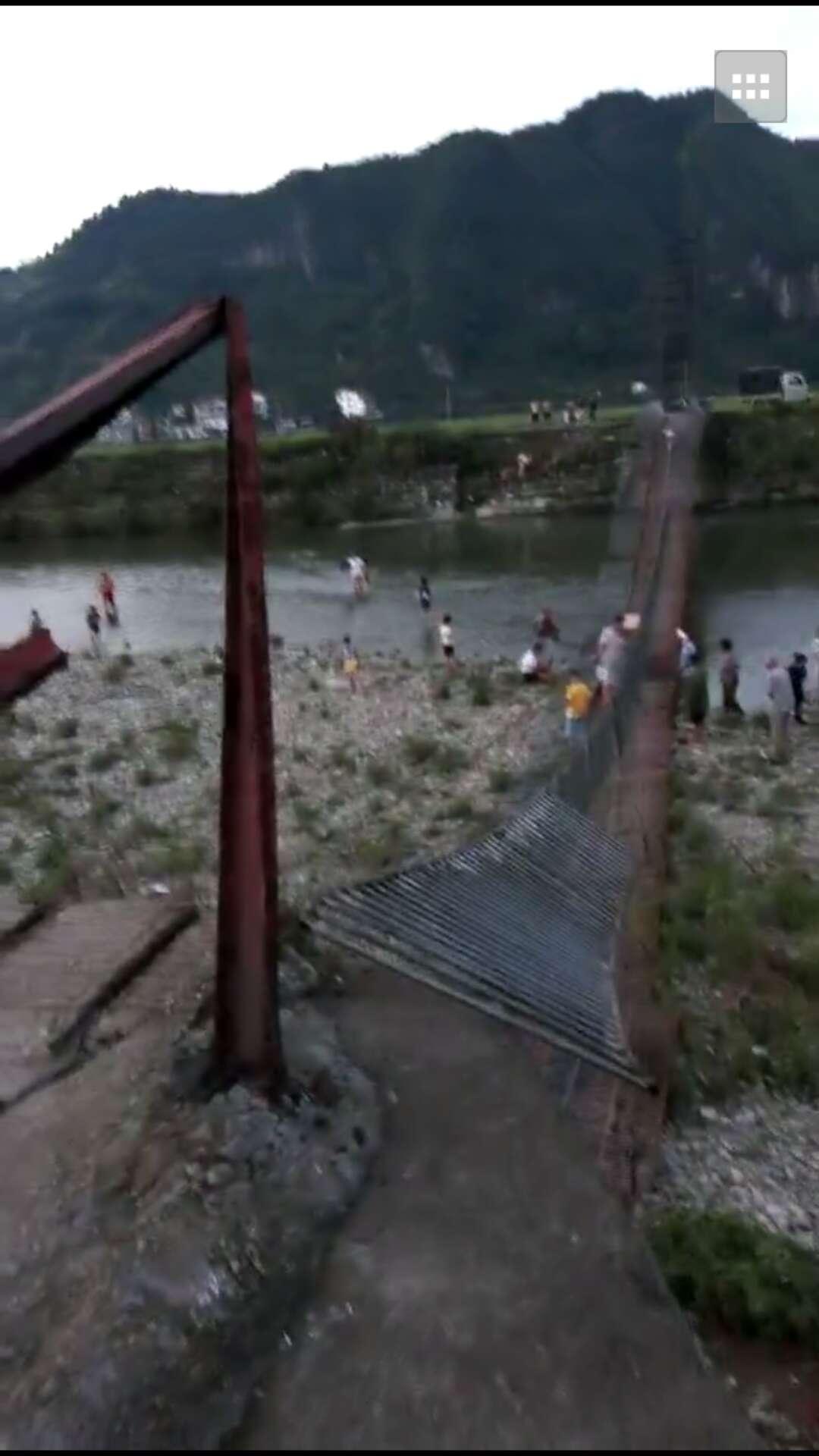沅陵县荔溪乡蛇子溪横跨两岸的铁索桥发生坍塌